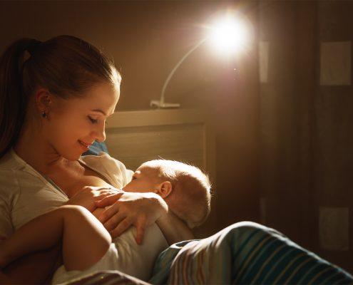 mama karmiąca dziecko